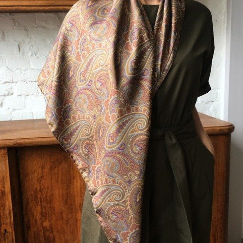 Woman's scarf with handrolled trim