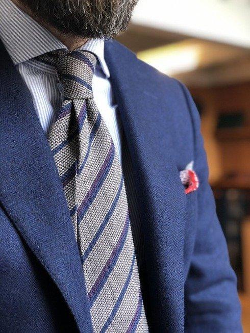 Szarobeżowy krawat z grenadyny wełnianej w pasy