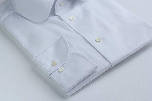 biała koszula z kołnierzem klubowym